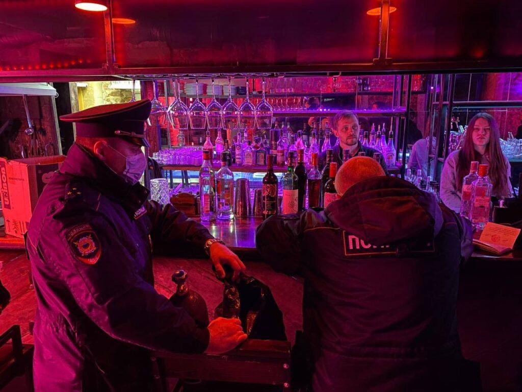 Спиртное без лицензии и «веселящий газ»: муниципалы устроили рейд по питейным заведениям на Рубинштейна