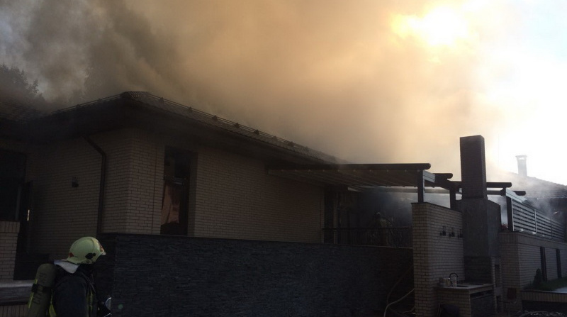 Во Всеволожске ночью сгорели частный дом и автомобиль