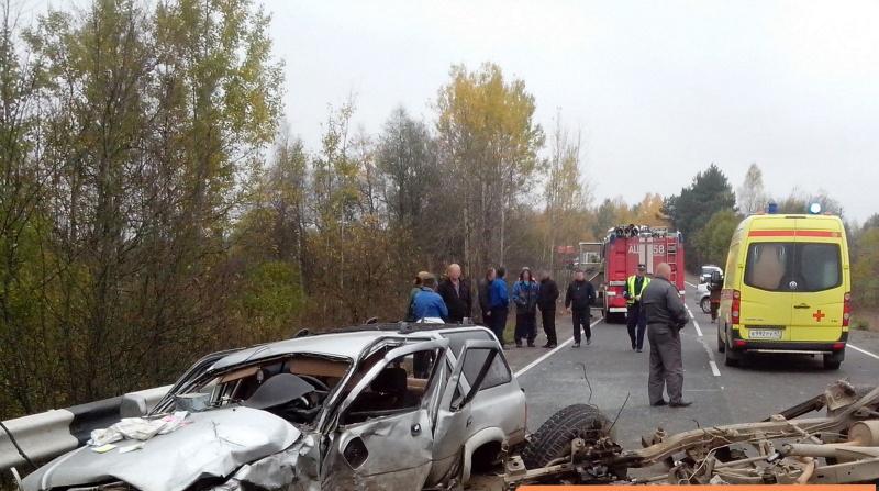 В Лужском районе после ДТП спасатели вытащили пострадавших из машины