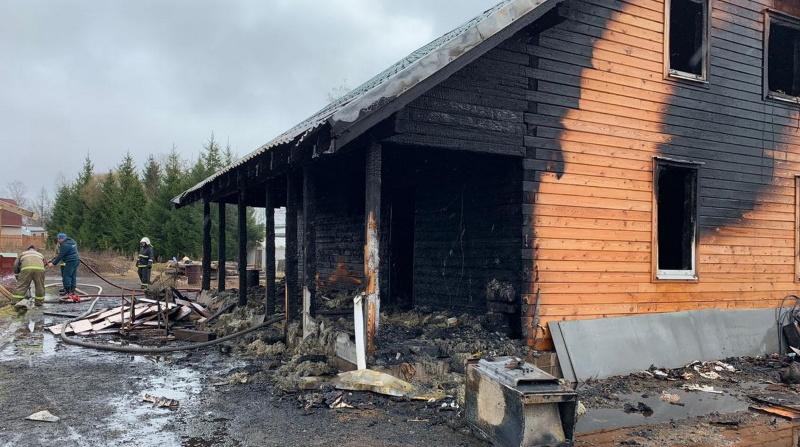 В Луге ночью пожарные 5 часов тушили горящие дом и сарай