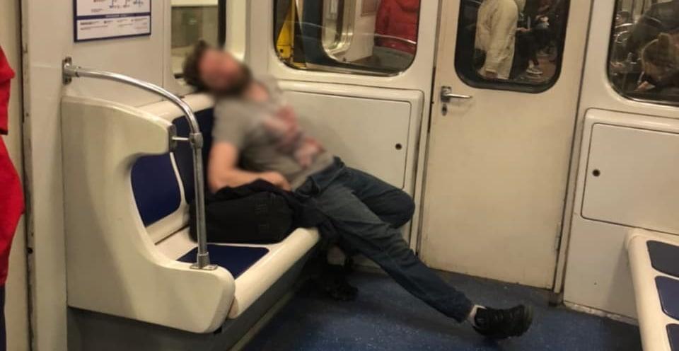 Неадекватный гражданин с ножом бегал по вагону метро, пассажиры были напуганы, но полиция его не задержала