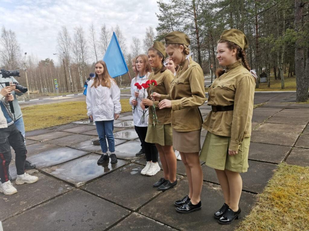 В Бокситогорском районе «Волонтёры Победы» поздравили ветерана концертом