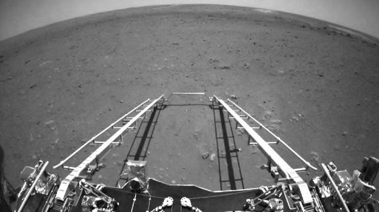 Китайский марсоход сошел с платформы и начал исследовать Марс
