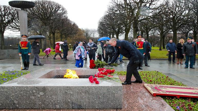 На Пискаревском кладбище состоялась торжественно-траурная церемония с участием Беглова