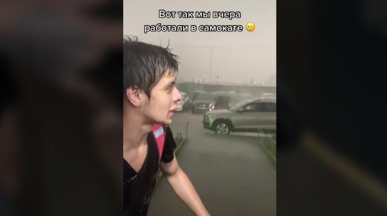 Курьер из Петербурга показал работу в дождь и набрал 1,7 млн просмотров в TikTok