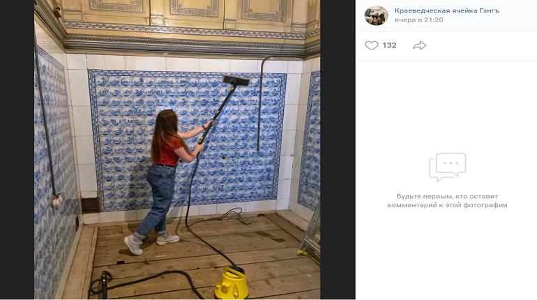 Активисты-краеведы отмыли мраморный бассейн в княжеской резиденции