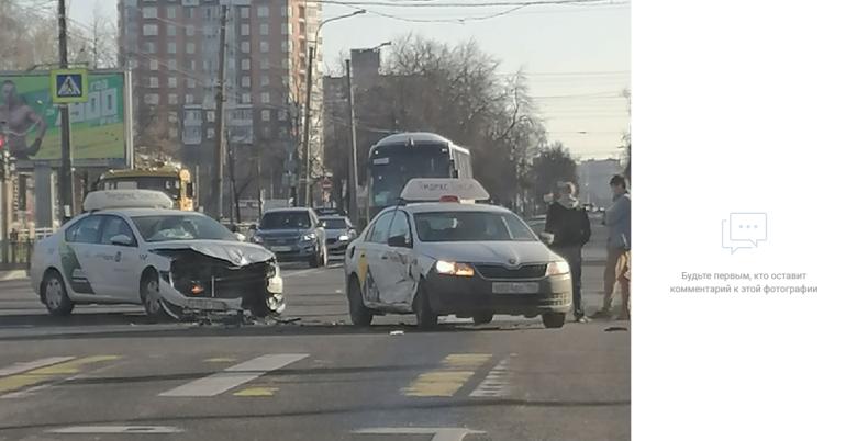 Два «Яндекс. Такси» столкнулись утром у «Академической»