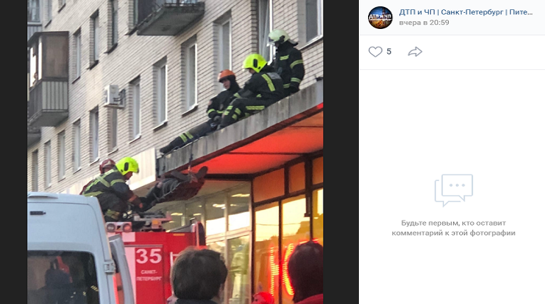 В Красносельском районе мужчина упал на козырек здания