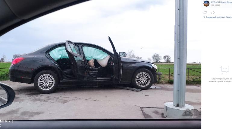 Каршеринговый Mercedes разбили ночью на юго-западе Петербурга
