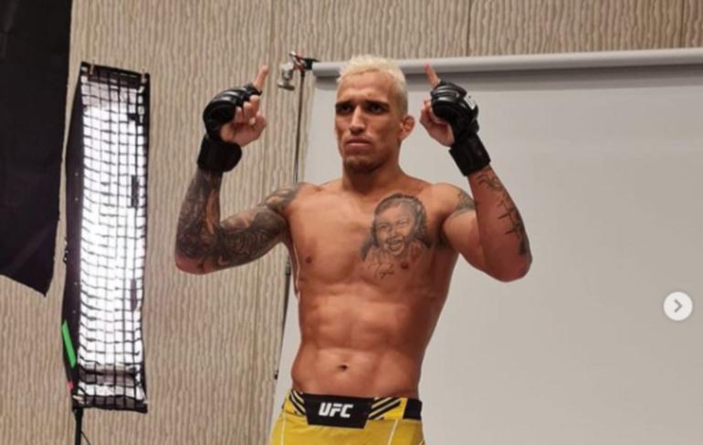 Оливейра нокаутировал Чендлера, став новым чемпионом UFC в легком весе