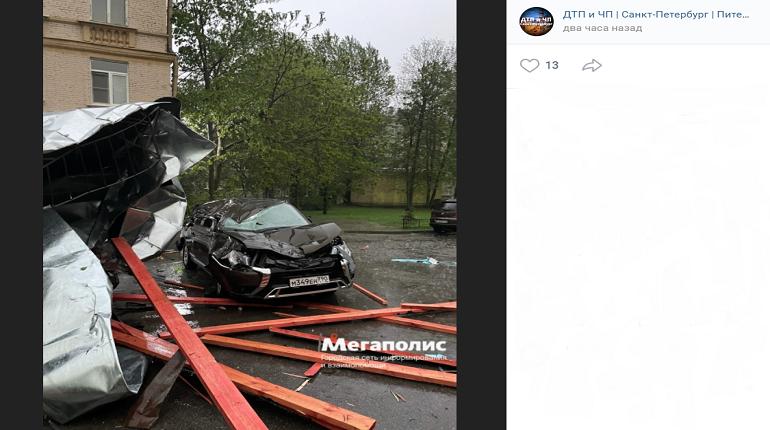 Сорванная ветром крыша повредила несколько иномарок в Приморском районе