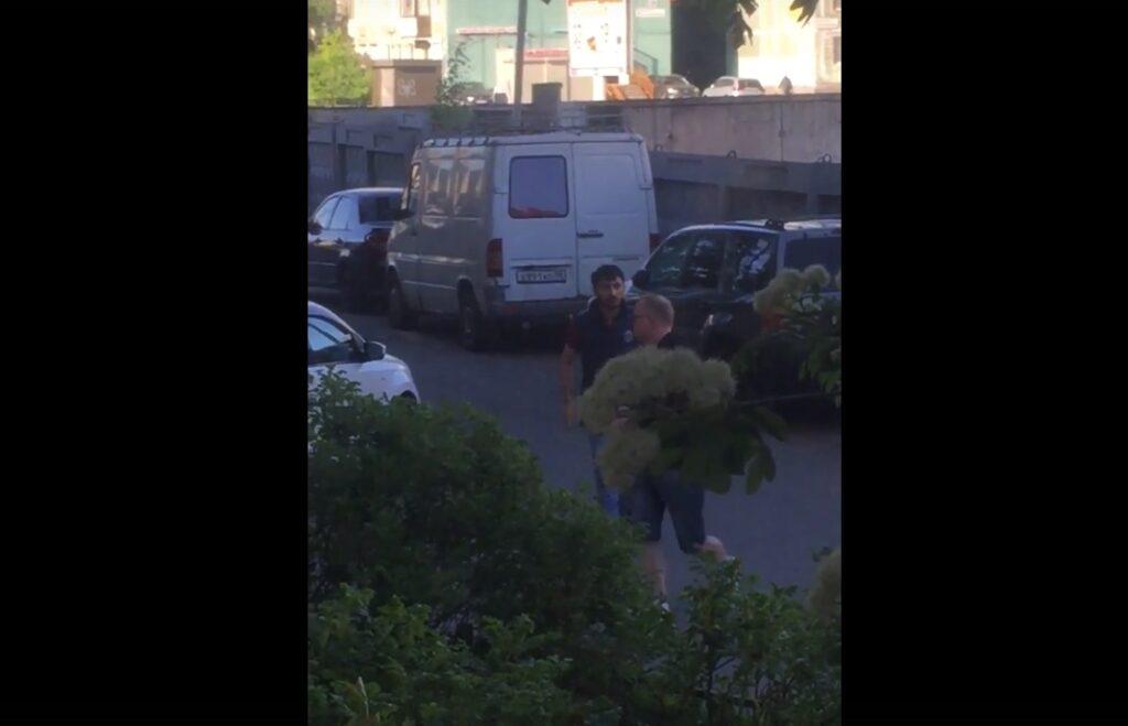 Водитель «Фольксвагена» кинул пешехода на газон у ТЦ «Народный» на Хошимина