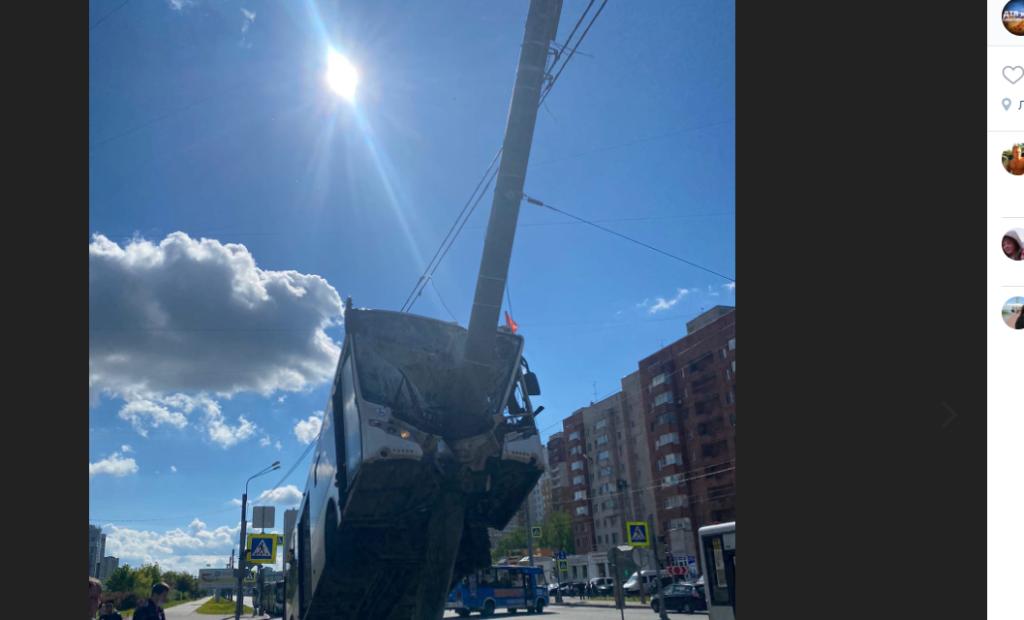 Пассажирский автобус «забрался» на фонарный столб на Ленинском проспекте: шестеро пострадали