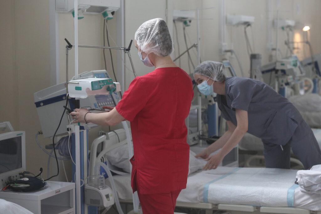 Новости COVID-19: в мире уже болеют 239,1 млн, в Петербурге будут испытывать вакцину-спрей