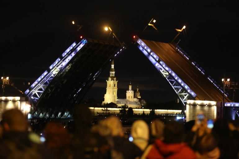 Дворцовый мост развели под «Гимн великому городу»
