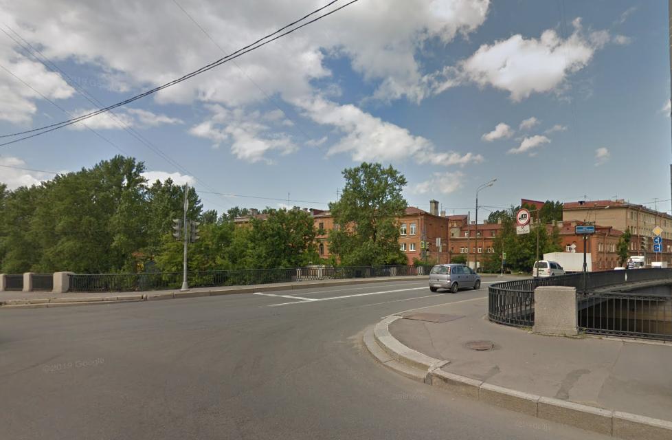 Мигрант вступил в неравную схватку с вооруженным бомжом на мосту Степана Разина