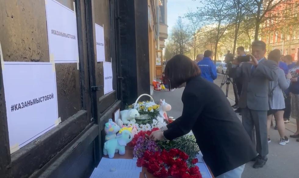 Петербуржцы несут цветы к зданию представительства Татарстана