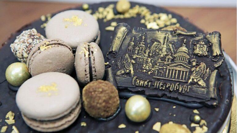 Ко Дню города в Петербурге сделали торт с орехами, которые любил Петр I
