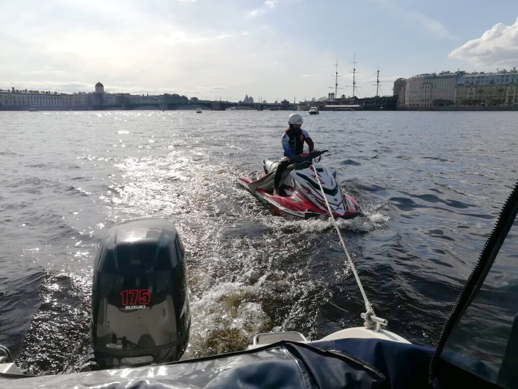 В акватории Невы сотрудники ОМОН помогли пилоту заглохшего гидроцикла