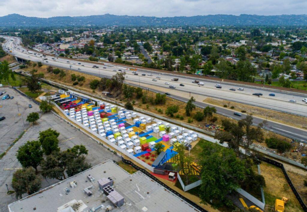 В Голливуде построили деревню для бездомных из более чем 100 домов