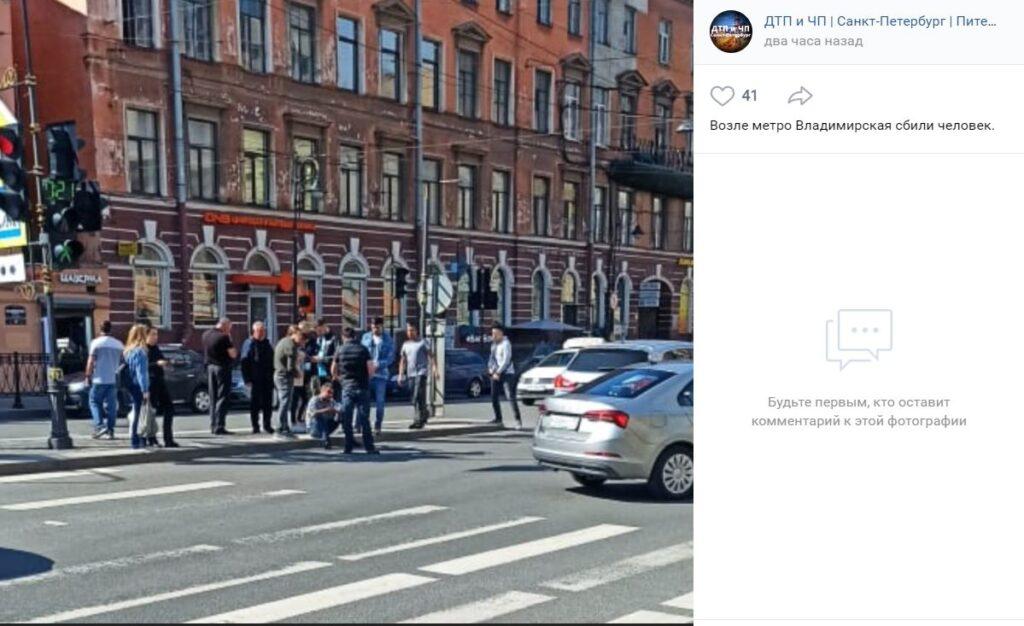 Возле метро Владимирская сбили мужчину, перебегавшего пешеходный переход на красный свет