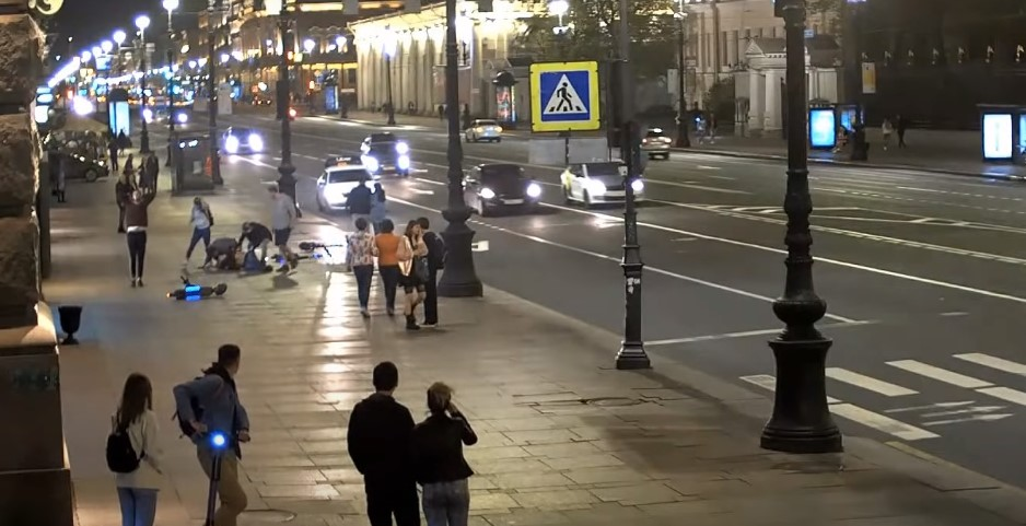 В Петербурге задержали одного из самокатчиков, избивших прохожего на Невском