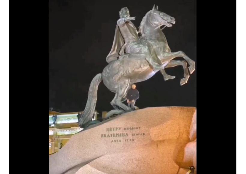 Мужчина среди ночи залез под «Медного всадника»