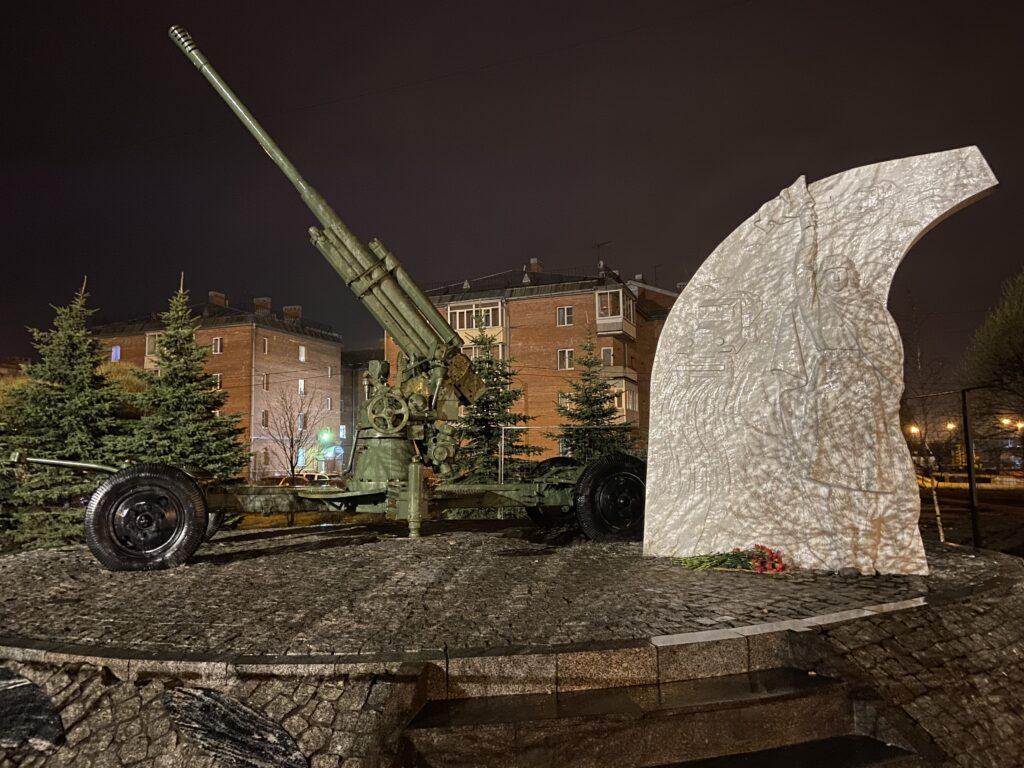 Памятник блокадной регулировщице на Рябовском шоссе оформили подсветкой