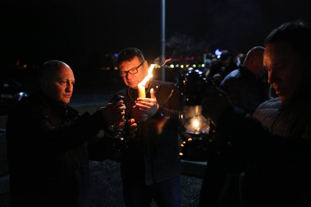 Частицу Благодатного огня доставили в Петербург: фоторепортаж Мойки78