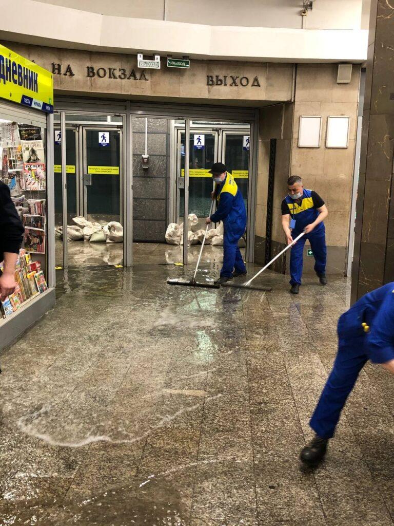 Вестибюль станции «Площадь Восстания» закрыли из-за потопа на Московском вокзале
