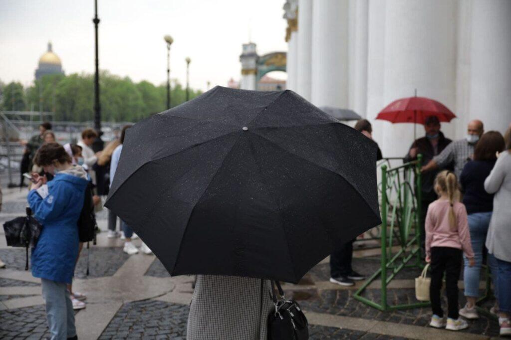 Дождь распугал очередь в бесплатный Эрмитаж: фоторепортаж