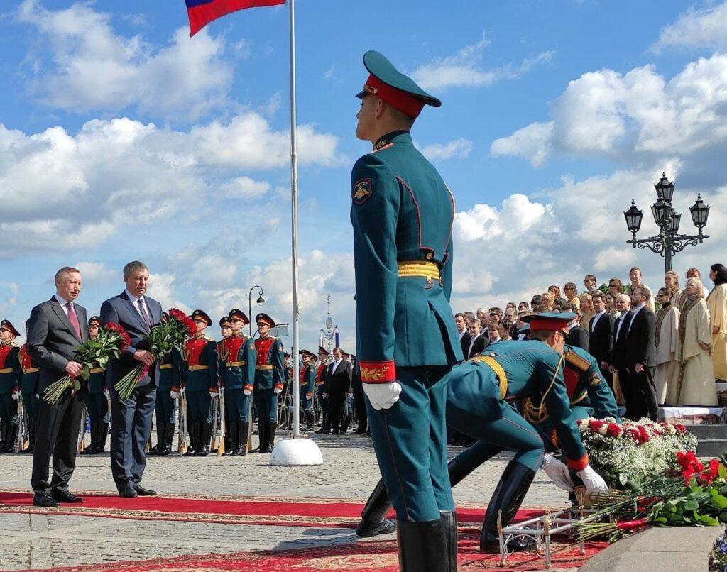 Беглов возложил цветы к Памятнику Петру I на День города