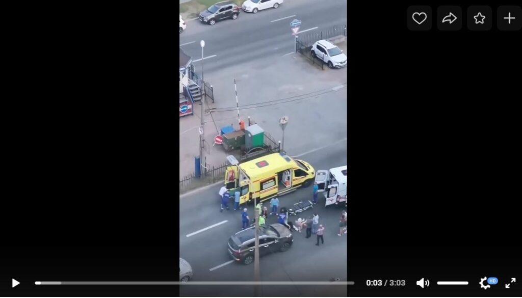 В Приморском районе автомобиль сбил двух пожилых людей, переходивших дорогу в неположенном месте