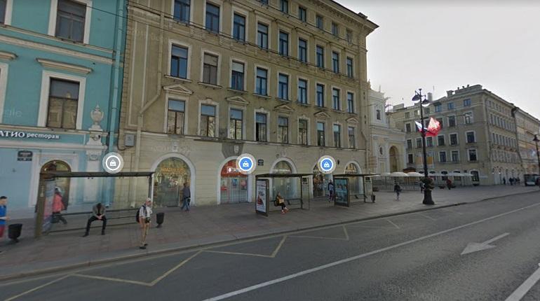 С фасада дома на Невском кусок лепнины упал на оживленный тротуар