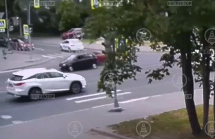 В Выборгском районе после ДТП женщина вышла из машины и упала навзничь