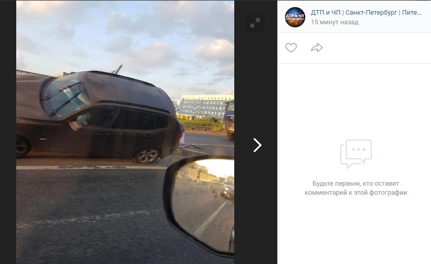 Удачно припарковался: водитель БМВ «напоролся» на заграждение на Московском шоссе