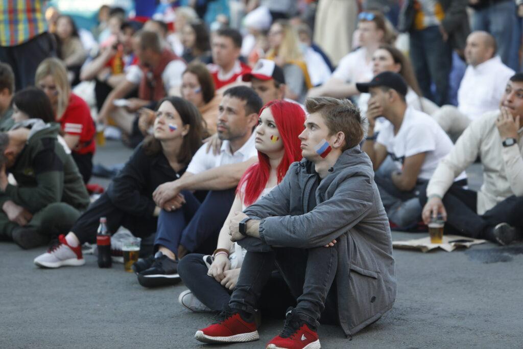 В Москве продлили выходные из-за COVID-19, в Петербурге гуляют на Евро-2020 и закрывают рестораны на ночь