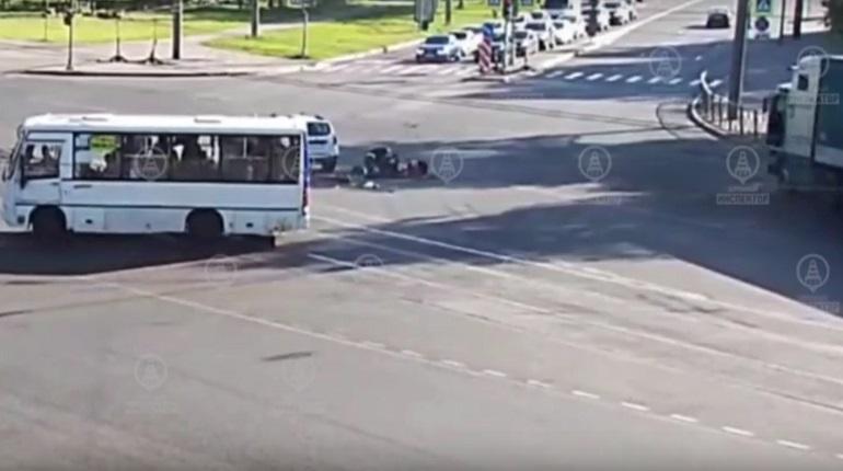В Калининском районе мотоциклист столкнулся с иномаркой
