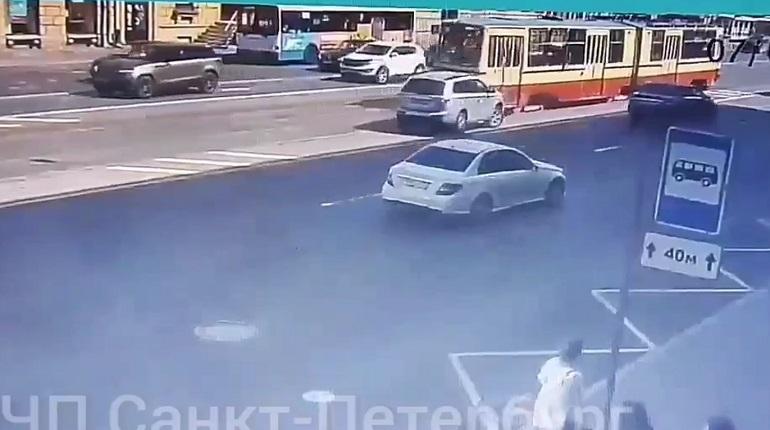 На Заневском проспекте легковушка врезалась в трамвай
