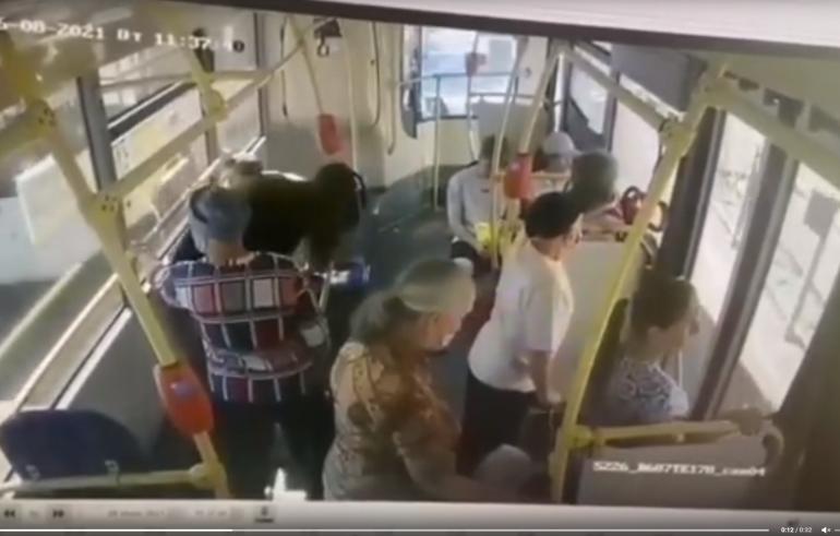 В петербургском автобусе пассажирка потеряла сознание и сломала ребра