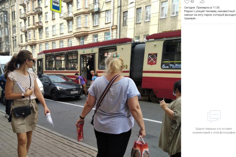 На Чапаева машина наехала на ногу пассажиру трамвая