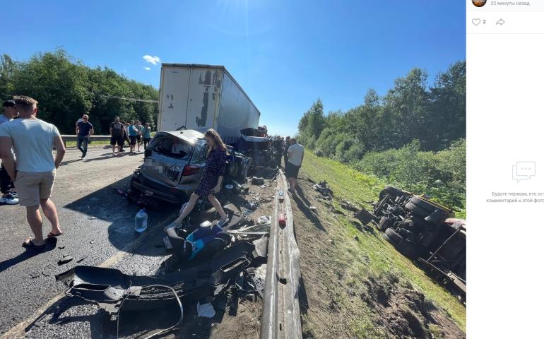 Ребенок погиб в ДТП с тремя грузовиками и легковушками на «Коле», дорога перекрыта