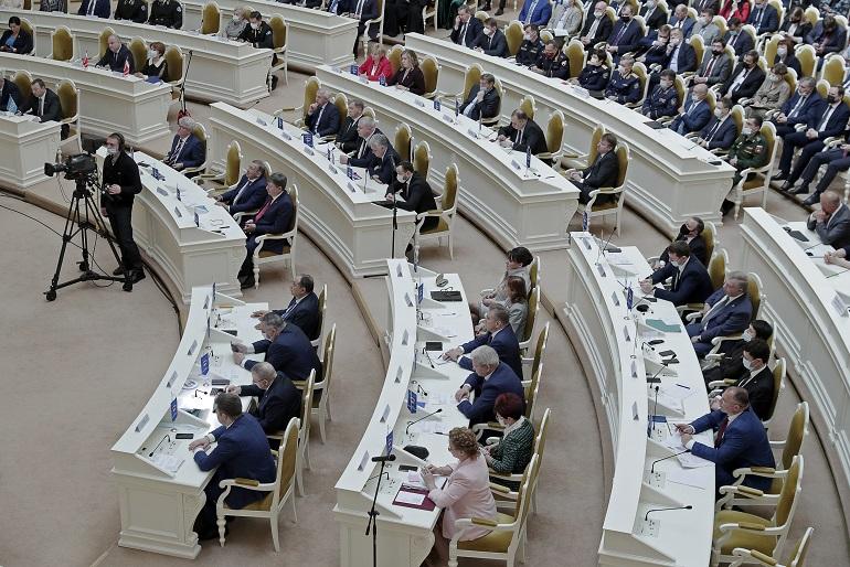 Депутаты Петербурга просят перерыва в заседаниях