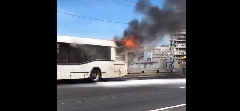 В Петербурге на Володарском мосту загорелся пассажирский автобус