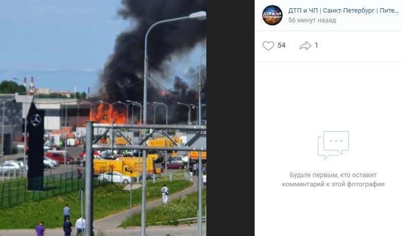 На Таллинском шоссе горит склад с покрышками и паллетами