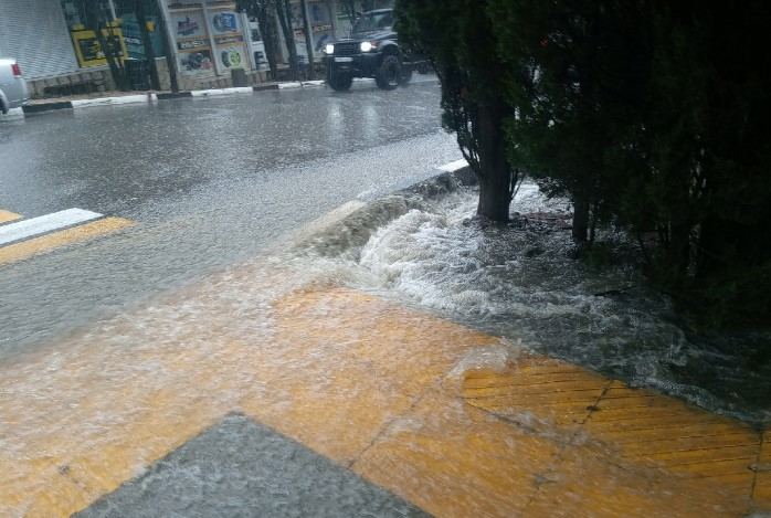 Вода отступила с центральных улиц Ялты, службы устраняют последствия
