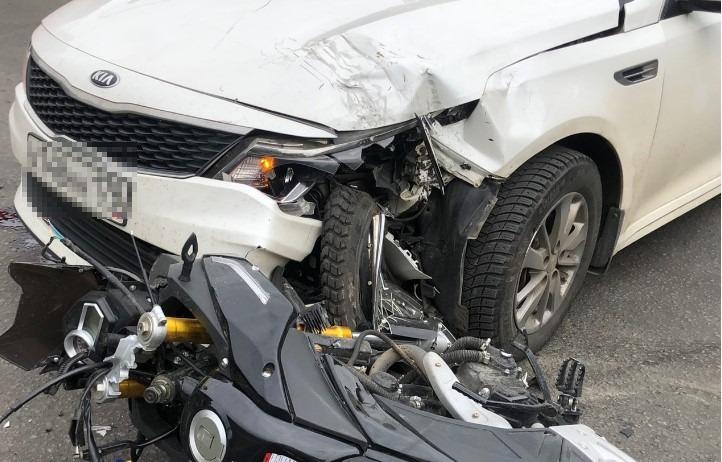 Мотоциклиста увезли на реанимобиле после аварии на Решетова