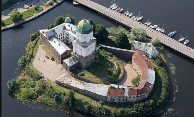 Туристические места Ленобласти будут закрывать из-за заболевших сотрудников: Выборгский замок уже не работает