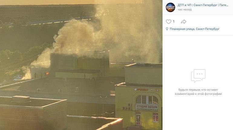 В Приморском районе загорелось здание магазина