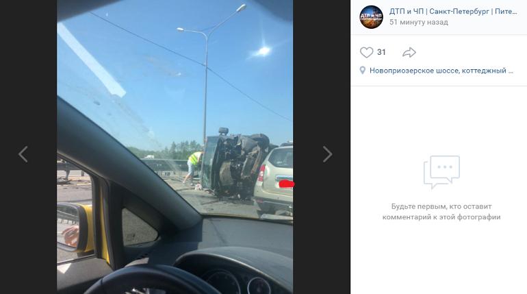 На Новоприозерском шоссе перевернулся КамАЗ и создал огромную пробку